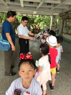山佳國小許校長親自迎接小朋友到來
