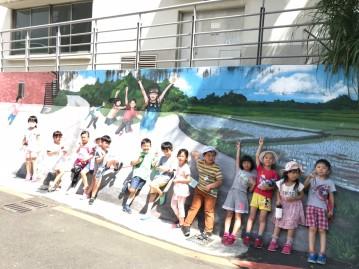 欣賞與山佳社區壁畫並合影