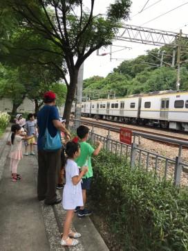 等待火車從山洞穿出來